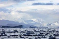 Ландшафт, айсберги, горы и океан Антарктики Стоковое Изображение