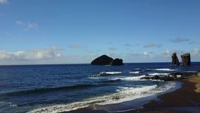 Ландшафт береговой линии Азорских островов Португалии - пляж Mosteiros акции видеоматериалы