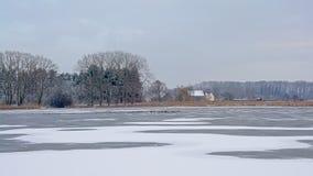 Ландшафт болота и леса зимы со старой фермой стоковое изображение rf