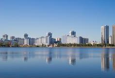 Ландшафт Большой город, вода, небо Стоковая Фотография RF