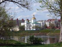 Ландшафт весны Полоцк через реку стоковое фото