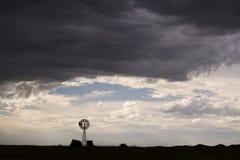 Ландшафт ветрянки с облаками грома стоковое фото rf