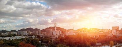 Ландшафт взгляда панорамы города Himeji с горной цепью на предпосылке неба захода солнца стоковые изображения