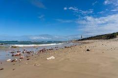 Ландшафт вида на океан с песчаным пляжем и маяком в расстоянии стоковые фотографии rf