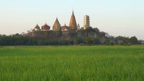 Ландшафт виска пещеры тигра виска Wat Tham Sua в сцене захода солнца с полями риса жасмина сток-видео