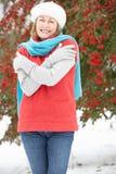 ландшафт вне старшей снежной стоящей женщины стоковые фотографии rf
