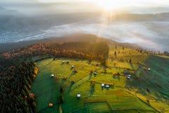 Ландшафт восхода солнца осени Bucovina в Румынии с туманом и горами стоковое фото rf