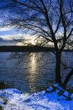 Ландшафт в парке в последней осени на озере первый снежок Стоковая Фотография