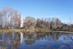 Ландшафт в последней осени на пруде и церков Стоковое Изображение