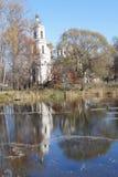 Ландшафт в последней осени на пруде и церков Стоковые Фото