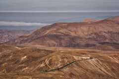 Ландшафт гористой местности Брауна с curvy дорогой стоковое фото