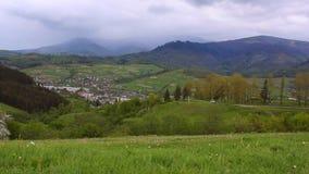 Ландшафт горного села Взгляд деревни расположенной в горах видеоматериал