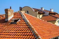 Ландшафт города - красные крыть черепицей черепицей крыши домов Стоковые Фотографии RF