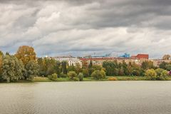 Ландшафт города осени с прудом и парком Стоковое фото RF