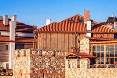 Ландшафт города - старые дома на предпосылке крепостной стены города Стоковое Фото