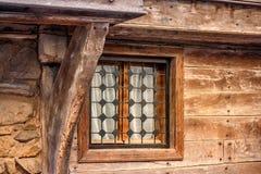 Ландшафт города - старый деревянный дом дома с окном решетки Стоковые Фото