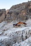 Ландшафт горы и высокогорная хижина Angelo Alimonta в доломитах Альп стоковое изображение rf