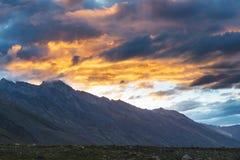 Ландшафт горы и красочное небо захода солнца стоковые изображения rf