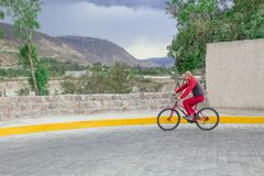 Ландшафт, горы и природа Дорога положена с камнем и человек едет он на велосипеде, приводы вдоль дороги стоковое изображение rf
