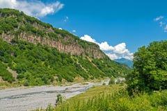 Ландшафт горы лета с рекой Стоковые Фото