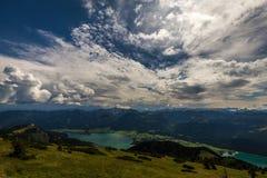 Ландшафт горы на верхней части Schafberg и взгляда над Wolfgangsee стоковые изображения rf