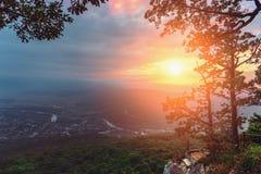 Ландшафт горы на заходе солнца в временени, красивом виде от верхней части утеса к долине между горами Стоковые Фотографии RF