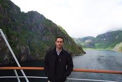 Ландшафт горы фьорда Норвегии с туристом человека на туристическом судне Перемещение каникул круиза Норвегии Исследуйте Норвегию  стоковое фото
