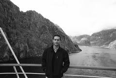Ландшафт горы фьорда Норвегии с туристом человека на туристическом судне Перемещение каникул круиза Норвегии Исследуйте Норвегию  стоковая фотография