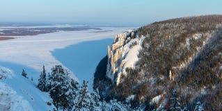 Ландшафт гор зимы с деревьями и голубым небом стоковые фотографии rf