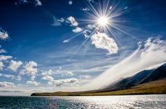 Ландшафт гор - облачное небо в пастельных цветах для вашего дизайна Романтичный seascape - взгляд взморья с силуэтами  стоковое изображение