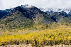 Ландшафт гор - облачное небо в пастельных цветах для вашего дизайна Романтичный seascape - взгляд взморья с силуэтами  стоковое фото