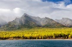 Ландшафт гор - облачное небо в пастельных цветах для вашего дизайна Романтичный seascape - взгляд взморья с силуэтами  стоковая фотография rf