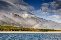 Ландшафт гор - облачное небо в пастельных цветах для вашего дизайна Романтичный seascape - взгляд взморья с силуэтами  стоковые изображения
