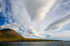Ландшафт гор - облачное небо в пастельных цветах для вашего дизайна Романтичный seascape - взгляд взморья с силуэтами  стоковые фото