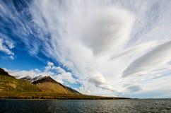 Ландшафт гор - облачное небо в пастельных цветах для вашего дизайна Романтичный seascape - взгляд взморья с силуэтами  стоковые изображения rf