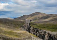 Ландшафт гор покрытых с исландским мхом и глубокой промоиной, гористыми местностями Исландии, Европы стоковая фотография rf