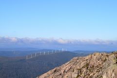 Ландшафт гор с ветрянками стоковая фотография