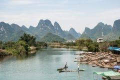 Ландшафт гор Guilin, реки Li и Karst Размещенный в графстве Yangshuo, город Guilin, провинция Guangxi, Китай стоковые фото