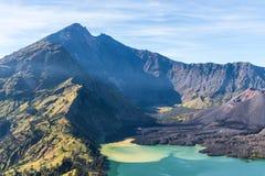 Ландшафт действующего вулкана Baru Jari, озера Segara Anak и саммита горы Rinjani lombok острова Индонесии Стоковые Фотографии RF