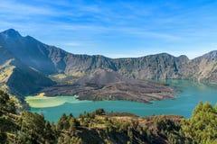 Ландшафт действующего вулкана Baru Jari, озера Segara Anak и саммита горы Rinjani lombok острова Индонесии Стоковое Изображение RF