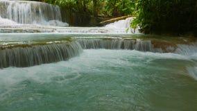Ландшафт джунглей с каскадируя потоком воды и естественными бассейнами сток-видео