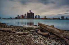 Ландшафт долгой выдержки осени Виндзора, Онтарио и Детройта, берегов реки Мичигана как увидено от банка  стоковые изображения rf