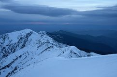 Ландшафт зимы гор на заходе солнца Стоковые Фото