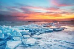 Ландшафт зимы на seashore во время захода солнца Острова Lofoten, Норвегия стоковые изображения