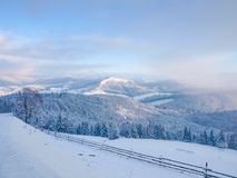 Ландшафт зимы прикарпатских гор на заходе солнца Стоковые Фото