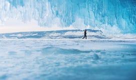 Ландшафт зимы, снег на поле с льдом и человек идя самостоятельно Стоковое Изображение RF