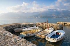 Ландшафт зимы среднеземноморской с шлюпками в малой гавани Черногория, залив Kotor Стоковая Фотография RF