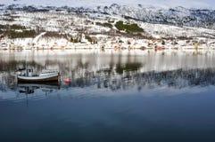 Ландшафт зимы с горами, водой и небом Стоковое Фото