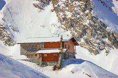 Ландшафт зимы с кабиной на озере и Fagaras Balea стоковое фото rf