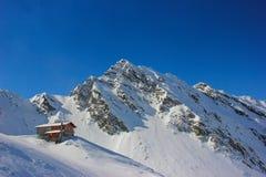 Ландшафт зимы с кабиной на озере и Fagaras Balea стоковые фото